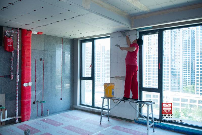 融创中心装修施工现场瓦工阶段